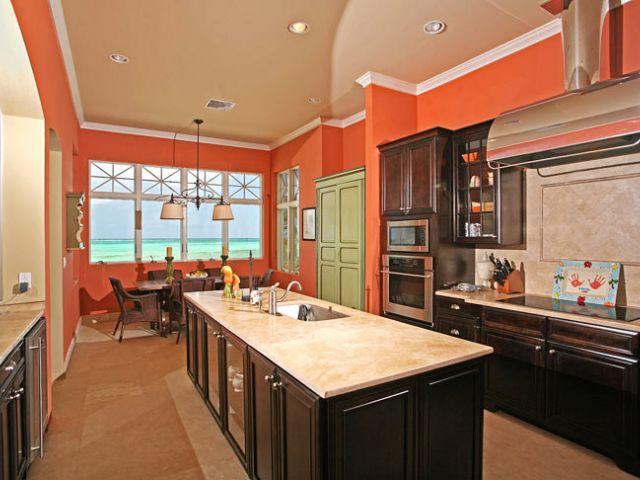 Cocina estilo americana con interesante y calmada combinación de colores.